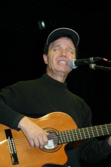 Curro Savoy con guitarra silbando