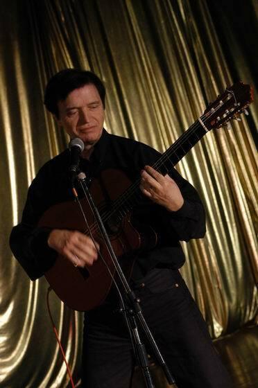 Curro Savoy con guitarra